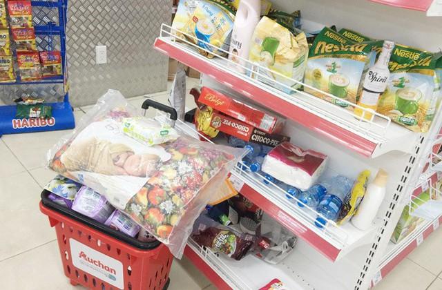 Vỡ trận bán tháo: Dân đổ xô tranh nhau vét sạch kệ siêu thị - Ảnh 7.