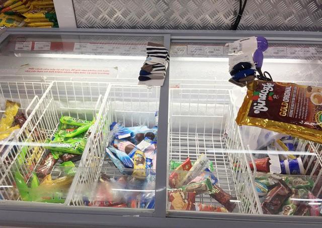 Vỡ trận bán tháo: Dân đổ xô tranh nhau vét sạch kệ siêu thị - Ảnh 8.