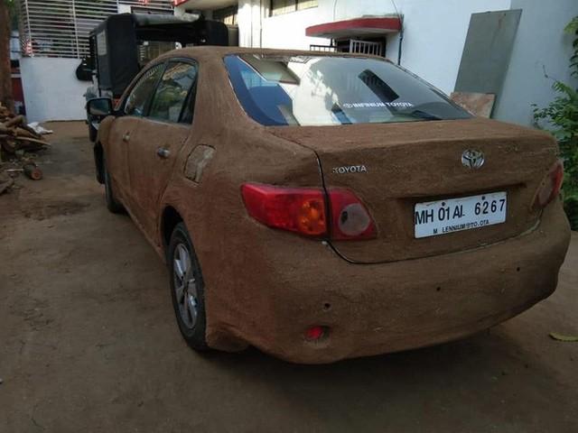 Internet Ấn Độ xôn xao vì chiếc xe nghi bọc phân bò để làm mát - Ảnh 2.