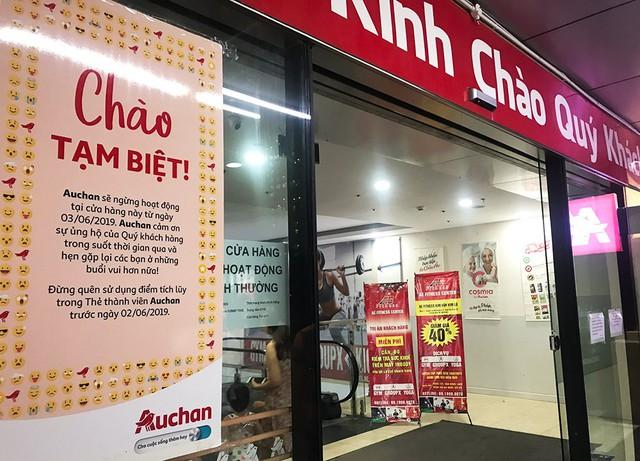 [Ảnh] Auchan xả hàng đóng cửa, khách ùn ứ chờ thanh toán - Ảnh 1.