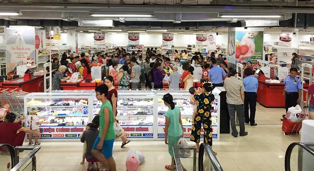 [Ảnh] Auchan xả hàng đóng cửa, khách ùn ứ chờ thanh toán - Ảnh 2.