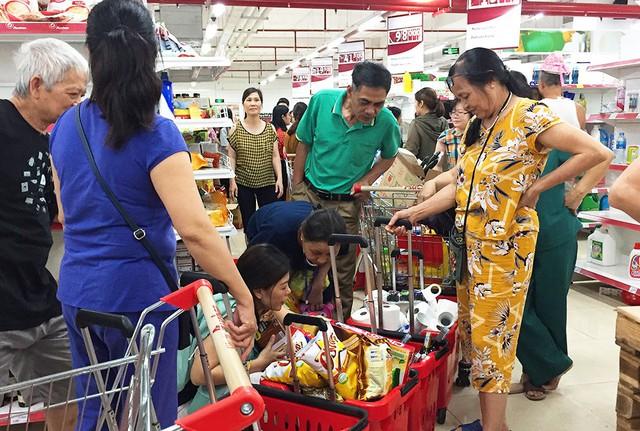 [Ảnh] Auchan xả hàng đóng cửa, khách ùn ứ chờ thanh toán - Ảnh 11.