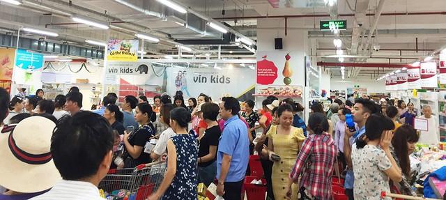 [Ảnh] Auchan xả hàng đóng cửa, khách ùn ứ chờ thanh toán - Ảnh 12.