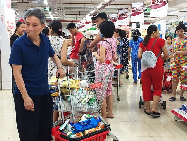 [Ảnh] Auchan xả hàng đóng cửa, khách ùn ứ chờ thanh toán - Ảnh 3.