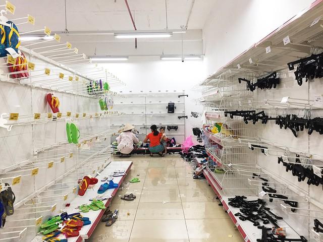 [Ảnh] Auchan xả hàng đóng cửa, khách ùn ứ chờ thanh toán - Ảnh 4.