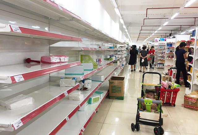 [Ảnh] Auchan xả hàng đóng cửa, khách ùn ứ chờ thanh toán - Ảnh 5.