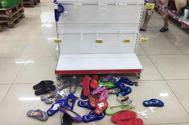 [Ảnh] Auchan xả hàng đóng cửa, khách ùn ứ chờ thanh toán - Ảnh 6.