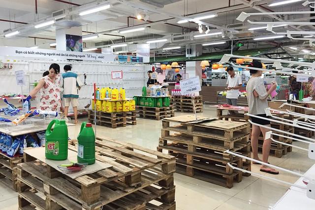 [Ảnh] Auchan xả hàng đóng cửa, khách ùn ứ chờ thanh toán - Ảnh 7.