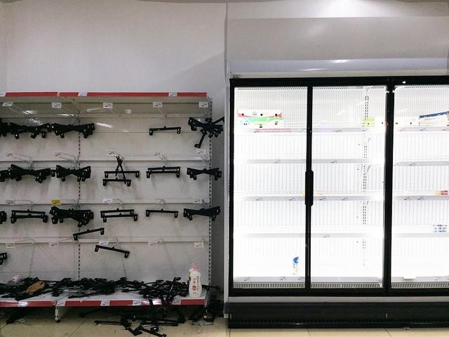 [Ảnh] Auchan xả hàng đóng cửa, khách ùn ứ chờ thanh toán - Ảnh 9.
