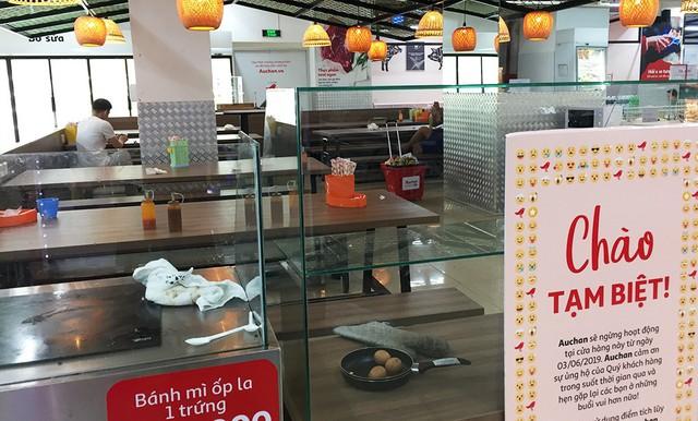 [Ảnh] Auchan xả hàng đóng cửa, khách ùn ứ chờ thanh toán - Ảnh 10.