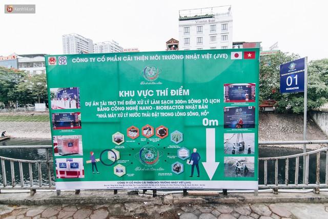 Sau một tuần dùng công nghệ nano làm sạch sông Tô Lịch, người dân vẫn tiếp tục vứt rác xuống - Ảnh 1.