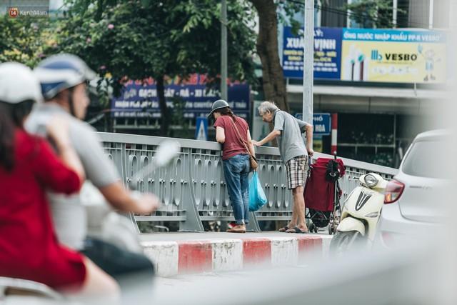 Sau một tuần dùng công nghệ nano làm sạch sông Tô Lịch, người dân vẫn tiếp tục vứt rác xuống - Ảnh 11.