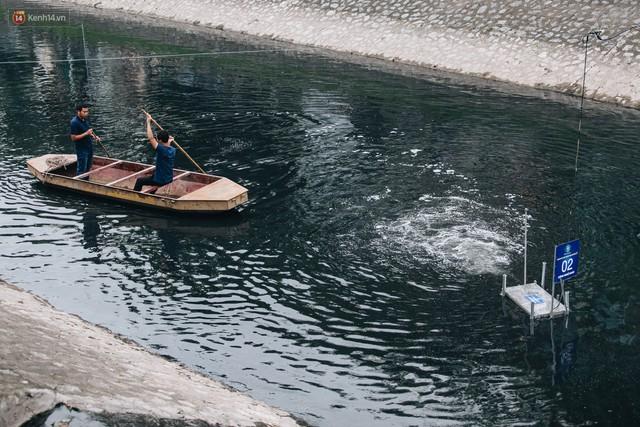 Sau một tuần dùng công nghệ nano làm sạch sông Tô Lịch, người dân vẫn tiếp tục vứt rác xuống - Ảnh 4.