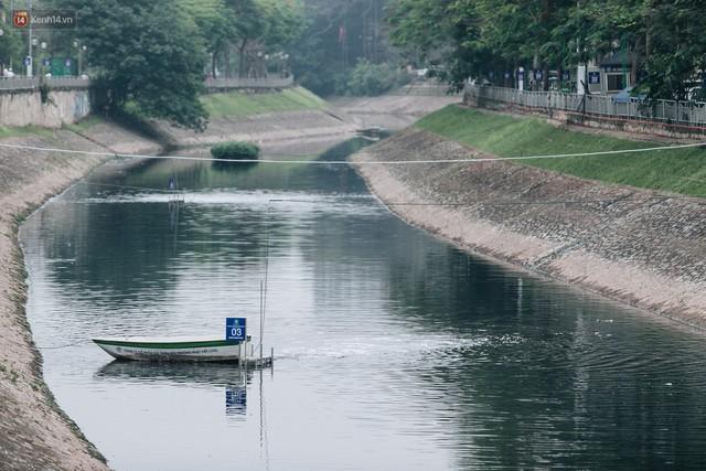 Sau một tuần dùng công nghệ nano làm sạch sông Tô Lịch, người dân vẫn tiếp tục vứt rác xuống - Ảnh 5.