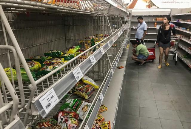 Nhân viên Auchan muốn khóc nhìn khách vừa mua, vừa ăn, vừa phá hàng hóa trong siêu thị - Ảnh 6.