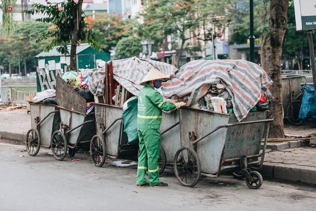 Nhiều tuyến phố ở Hà Nội xuất hiện những ngôi nhà di động cho xe rác - Ảnh 9.