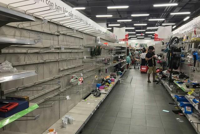 Nhân viên Auchan muốn khóc nhìn khách vừa mua, vừa ăn, vừa phá hàng hóa trong siêu thị - Ảnh 10.
