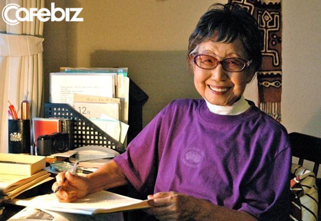 Cuộc đời rộn rã của phóng viên Tsuneko Sasamoto: 71 tuổi vẫn chăm chỉ làm việc, 86 tuổi miệt mài yêu đương, 102 tuổi gặt hái vinh quang vô tiền khoáng hậu - Ảnh 1.