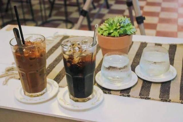 Một vòng du lịch quanh Sài Gòn: Quán cà phê handmade trong con hẻm tĩnh lặng dành cho những tín đồ ưa thích nghệ thuật - Ảnh 1.