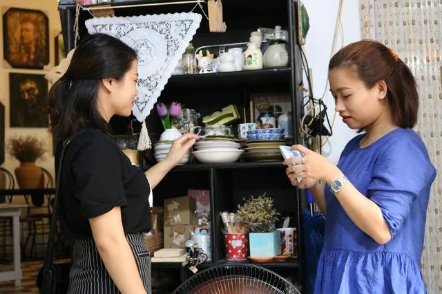 Một vòng du lịch quanh Sài Gòn: Quán cà phê handmade trong con hẻm tĩnh lặng dành cho những tín đồ ưa thích nghệ thuật - Ảnh 10.