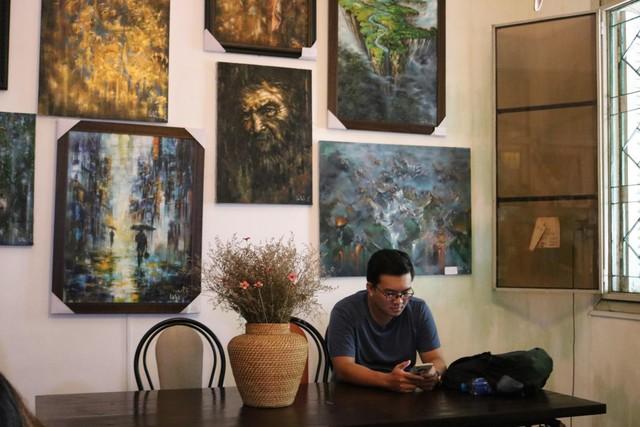 Một vòng du lịch quanh Sài Gòn: Quán cà phê handmade trong con hẻm tĩnh lặng dành cho những tín đồ ưa thích nghệ thuật - Ảnh 2.