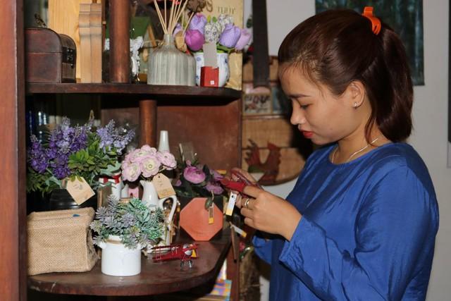 Một vòng du lịch quanh Sài Gòn: Quán cà phê handmade trong con hẻm tĩnh lặng dành cho những tín đồ ưa thích nghệ thuật - Ảnh 3.