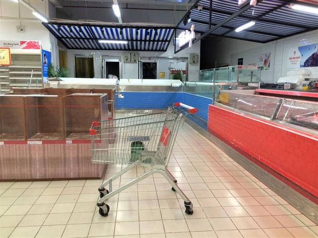 Siêu thị Auchan vắng vẻ, lặng lẽ tháo các kệ hàng sau bão giảm giá - Ảnh 11.