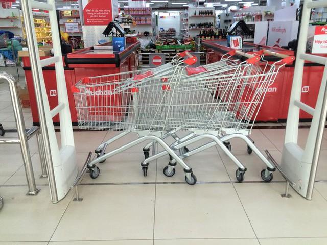 Siêu thị Auchan vắng vẻ, lặng lẽ tháo các kệ hàng sau bão giảm giá - Ảnh 12.