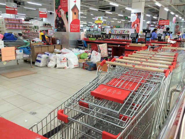 Siêu thị Auchan vắng vẻ, lặng lẽ tháo các kệ hàng sau bão giảm giá - Ảnh 13.