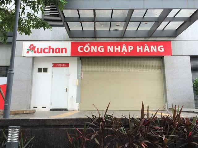 Siêu thị Auchan vắng vẻ, lặng lẽ tháo các kệ hàng sau bão giảm giá - Ảnh 15.