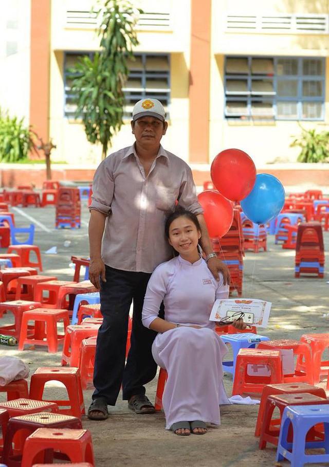 Chuyện về người cha nghèo 10 năm trời lặng lẽ cầm bóng bay đến xem con gái nhận thưởng trong ngày bế giảng - Ảnh 10.