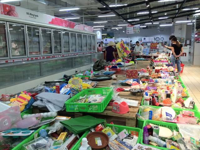 Siêu thị Auchan vắng vẻ, lặng lẽ tháo các kệ hàng sau bão giảm giá - Ảnh 7.