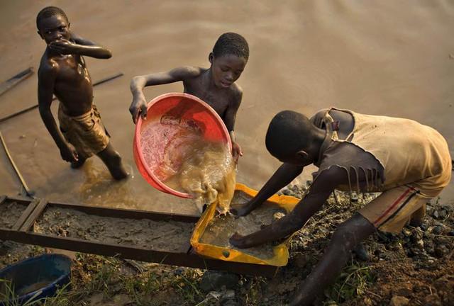 Bí mật giúp quốc gia nhỏ hơn cả Việt Nam này xuất khẩu vàng nhiều hơn lượng khai thác - Ảnh 3.
