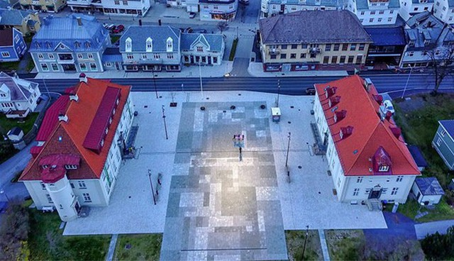 5 tháng trong năm tối như hũ nút, thị trấn Na Uy chi 13 tỷ lắp gương trên núi để phản chiếu ánh mặt trời - Ảnh 1.
