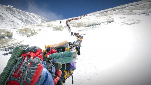 Tắc đường đến chết ở Everest: Thỏa mãn niềm đam mê hay chỉ là check-in cho bằng thiên hạ cùng góc khuất đáng sợ mạnh ai nấy sống - Ảnh 2.