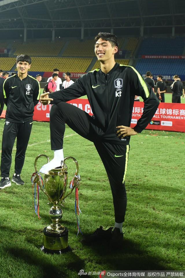 Biến căng: Toàn đội Hàn Quốc phải cúi đầu xin lỗi sau hành động đạp chân lên chiếc cúp vô địch giành được tại Trung Quốc - Ảnh 2.