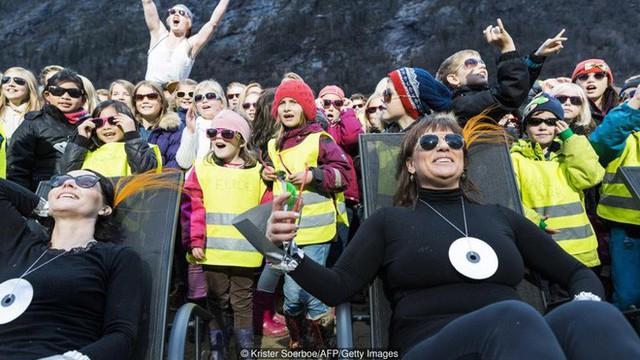 5 tháng trong năm tối như hũ nút, thị trấn Na Uy chi 13 tỷ lắp gương trên núi để phản chiếu ánh mặt trời - Ảnh 9.
