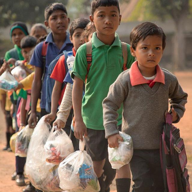 Thay vì tiền, ngôi trường trong rừng này lại yêu cầu học sinh đóng học phí bằng một thứ không ai ngờ tới - Ảnh 1.