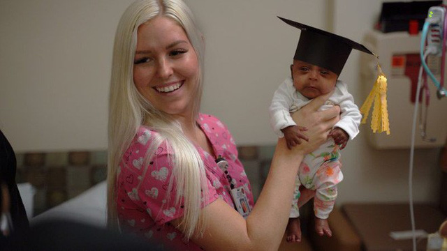 Bé gái nhỏ nhất thế giới được sinh ra ở Mỹ, nặng 245 gam, nhỏ chỉ bằng hộp sữa - Ảnh 2.
