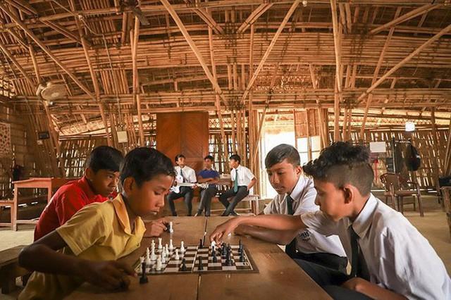 Thay vì tiền, ngôi trường trong rừng này lại yêu cầu học sinh đóng học phí bằng một thứ không ai ngờ tới - Ảnh 5.