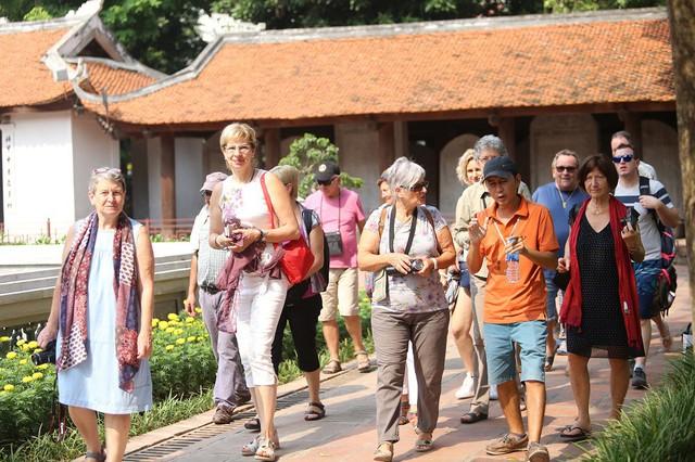 Sống ở Việt Nam từ những năm 1980, vị chuyên gia nước ngoài này nhận định: Số lượng khách du lịch tăng nhanh, nhưng phần lớn một đi không trở lại - Ảnh 1.