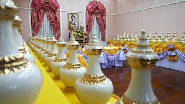 Lễ đăng cơ của Quốc vương Thái Lan: Tắm nước thiêng, đội trên đầu hơn 7kg vàng và những điều độc đáo khác - Ảnh 2.
