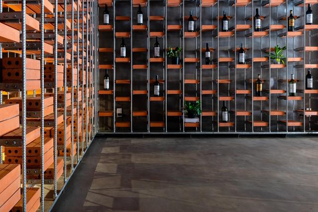 Cửa hàng bán nước mắm ở TP HCM xuất hiện trên tạp chí Mỹ nhờ kiến trúc độc đáo - Ảnh 5.