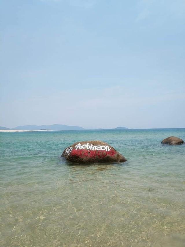 Dòng chữ Robinson xuất hiện trên hàng loạt mỏm đá ở bãi biển Bình Định, dân mạng bức xúc tìm danh tính người vẽ bậy - Ảnh 1.