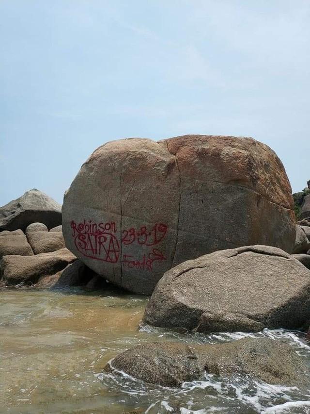 Dòng chữ Robinson xuất hiện trên hàng loạt mỏm đá ở bãi biển Bình Định, dân mạng bức xúc tìm danh tính người vẽ bậy - Ảnh 2.