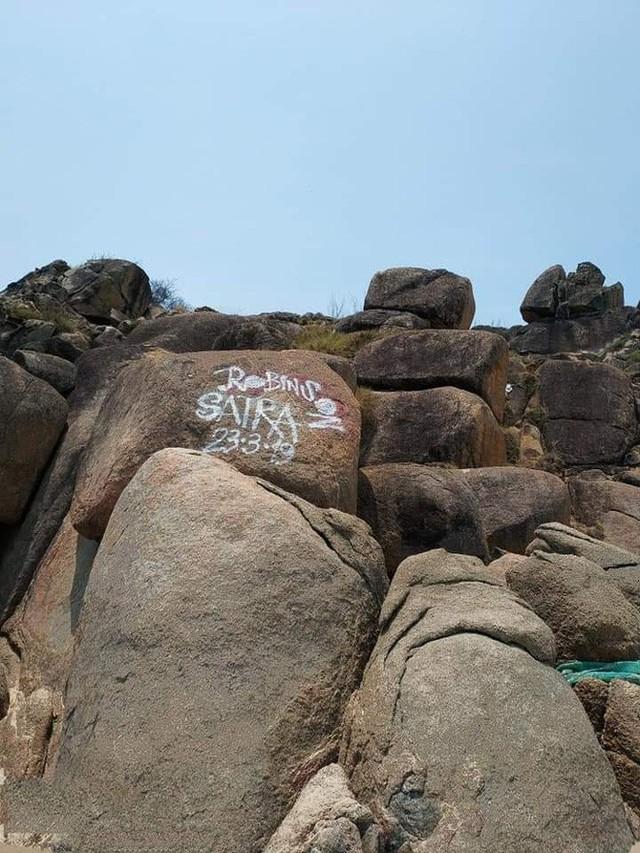 Dòng chữ Robinson xuất hiện trên hàng loạt mỏm đá ở bãi biển Bình Định, dân mạng bức xúc tìm danh tính người vẽ bậy - Ảnh 3.