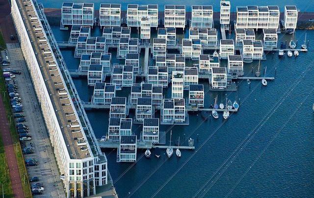 Chiêm ngưỡng cả trăm ngôi nhà được xây nổi trên mặt nước: Quần thể kiến trúc đáng tự hào của Amsterdam - Ảnh 3.