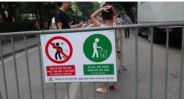 Phố đi bộ Hồ Gươm sạch bong sau khi treo biển xử phạt 7 triệu đồng nếu vứt rác bừa bãi - Ảnh 2.