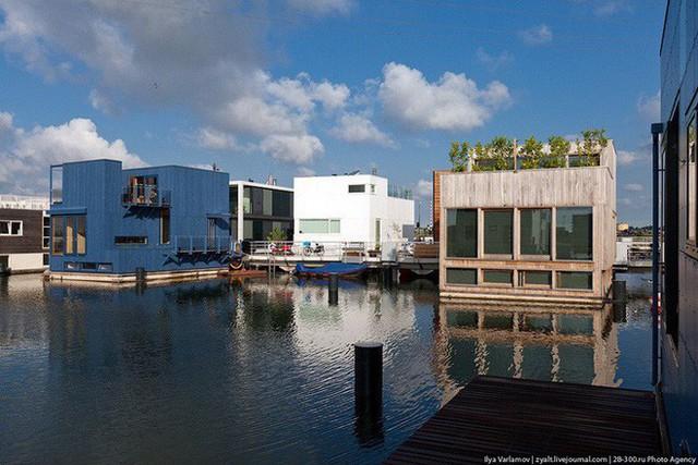 Chiêm ngưỡng cả trăm ngôi nhà được xây nổi trên mặt nước: Quần thể kiến trúc đáng tự hào của Amsterdam - Ảnh 7.