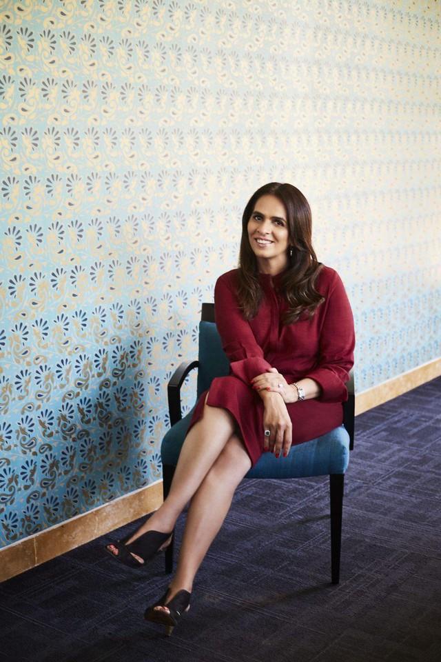 Anita Dongre: Nhà thiết kế trao quyền cho phụ nữ nơi làng quê để cùng đưa đế chế thời trang Ấn Độ ra toàn cầu - Ảnh 1.